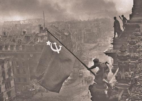 00-03d-wwii-the-red-flag-over-the-reichstag