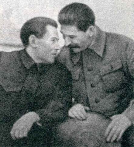 Nikolai_Yezhov_conferring_with_Stalin
