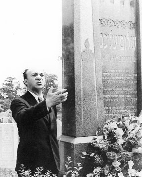 Solomon Mikhoels, chairman of the Jewish Anti-Fascist Committee, at the grave of Sholem Aleichem in New York in 1943.